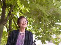 平和記念公園のアオギリの下に立ち、故沼田鈴子さんから受け継いだ思いを語る篠田恵さん=広島市中区で、山田尚弘撮影