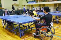 車いすの選手同士の対戦もあった第1回名張障がい者オープン卓球大会=三重県名張市夏見で、大西康裕撮影