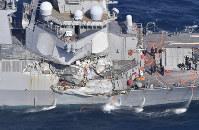 コンテナ船と衝突し、右側面が大破したアメリカ軍のイージス駆逐艦=静岡県下田市沖で6月17日