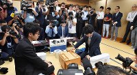 Sota Fujii, right, makes his first move in a game against fellow fourth-dan player Yasuhiro Masuda, at Shogi Hall in Tokyo's Shibuya Ward on June 26, 2017. (Mainichi)