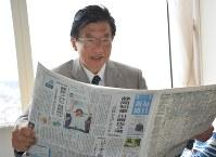 当選から一夜明け、朝刊に目を通す川勝平太氏=静岡市葵区で