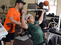 今季初の全体練習で筋力トレーニングに励むバックスの選手たち=日光市内のトレーニングジムで