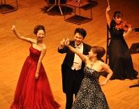 シャンパングラスを合わせる城宏憲さん(中央)と林美予子さん(右)、グラスを高く上げる今尾奈々さん