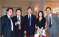 ローランド・ベルガー日本法人時代の水留さん(左)。一つ一つの仕事に誠実に取り組む姿勢を学んだ=2005年