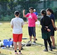 部活の女子ソフトボール部で指導する八木先生