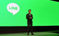 LINEは4月、「透明性リポート」を公表し、ユーザーの「チャット」内容などの捜査機関への提供状況を初めて明らかにした。その基準と内容は?(写真は2017年6月15日、東京都内で開いた事業戦略発表会で説明する出沢剛社長)