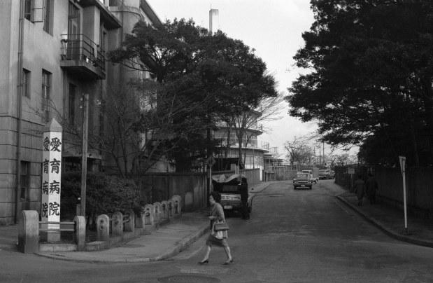 半世紀前の愛育病院(左側)。後方の丸い建物は愛育養護学校=東京都港区麻布盛岡町(今の南麻布5丁目)で1964年、池田信さん撮影