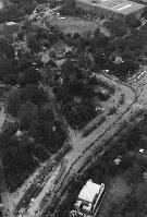 パンダ解禁第1日の1972年11月5日、東京・上野の森にはパンダ舎(左上方)から国立西洋美術館付近まで約1キロの長い列ができた=本社ヘリから