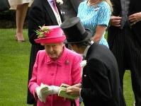 今年のロイヤルアスコットに出席したエリザベス2世女王(左)
