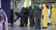 事件現場で残留毒物の有無を調べる人たち=クアラルンプール国際空港第2ターミナルで2月、岸達也撮影