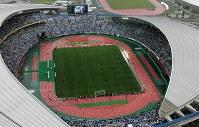 2002年のサッカー・ワールドカップの日本-トルコ戦で多くのサポーターが詰めかけた宮城スタジアム。20年の五輪でもサッカーの会場になる=02年6月(代表撮影)