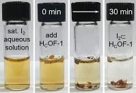 水に浮かべた新素材が水中のヨウ素を吸着しながら沈む様子=米ダートマス大チーム提供・共同
