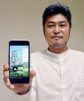 愛媛県内20市町の緊急避難場所やハザードマップが表示される「防災ガイド」を示す「プライサー」の河野雄介専務=松山市久米窪田町で、花澤葵撮影