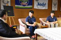 国際大会に出場する村尾茉優選手(左)と中田恵莉子選手(右)=徳島県庁で、松山文音撮影