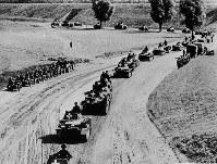 第二次世界大戦の緒戦、ポーランドに侵攻するドイツ機甲部隊=1939年9月