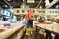仲卸売場に立ちプロの目利きで魚を選ぶ後藤基治さん=東京都中央区の築地市場で2017年5月31日午前6時38分、宮間俊樹撮影