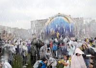 観客とダンサーたちが水かけバトルをする「ミニオン・ウォーター・サプライズ・パレード」=大阪市此花区のユニバーサル・スタジオ・ジャパンで2017年6月29日午後1時41分、幾島健太郎撮影