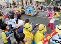 観客とダンサーたちが水かけバトルをする「ミニオン・ウォーター・サプライズ・パレード」=大阪市此花区のユニバーサル・スタジオ・ジャパンで2017年6月29日午後1時39分、幾島健太郎撮影