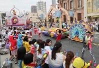 観客に水をかけながら人気キャラクターがパレードする「ミニオン・ウォーター・サプライズ・パレード」=大阪市此花区のユニバーサル・スタジオ・ジャパンで2017年6月29日午後1時39分、幾島健太郎撮影