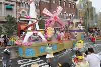 観客とダンサーたちが水かけバトルをする「ミニオン・ウォーター・サプライズ・パレード」=大阪市此花区のユニバーサル・スタジオ・ジャパンで2017年6月29日午後1時40分、幾島健太郎撮影