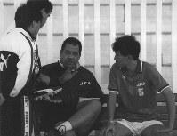【オフト監督=1992~93年】アメリカW杯アジア地区最終予選を前に、柱谷哲二主将(右)らと練習の打ち合わせをするオフト監督(中央)=カタール・ドーハで1993年10月14日撮影