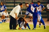 【オフト監督=1992~93年】ドーハの悲劇。座り込んで頭を抱えるラモスに声を掛ける清雲コーチ(右)とオフト監督=カタール・ドーハで1993年10月28日、藤井太郎撮影