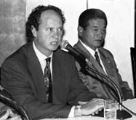 【ファルカン監督=1994年】就任直後のアジア大会準々決勝・韓国戦に敗れ解任。会見するファルカン監督(左)と川淵強化委員長=1994年10月21日