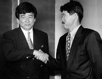 【加茂周監督=1994~97年】就任記者会で握手する加茂周新監督(左)と加藤久強化委員長。98年のW杯最終予選中に解任された=1994年10月31日