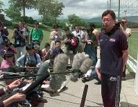 【岡田武史監督=1997~98年】日本代表22選手を発表する岡田監督(右)。カズらが落選=スイス・ニヨンで1998年6月2日、藤井太郎撮影