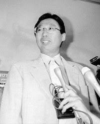 【岡田武史監督=1997~98年】「結果は悔しいがやることはやった」。フランスW杯から帰国した岡田武史監督=成田空港で1998年7月15日、松田嘉徳撮影