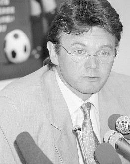【トルシエ監督=1998~2002年】サッカー日本代表監督に内定し会見するトルシエ氏=東京・渋谷の日本サッカー協会で1998年8月31日、平野幸久撮影