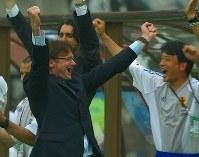 【トルシエ監督=1998~2002年】サッカー日韓W杯1次リーグのチュニジア戦に勝ち決勝トーナメント進出を決め喜ぶトルシエ監督=長居スタジアムで2002年6月14日、近藤卓資撮影