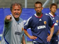 【ジーコ監督=2002~06年】選手たちに指示を送るジーコ監督(左)=ドイツ・ボンのSSFボン競技場で2006年6月14日、竹内幹撮影