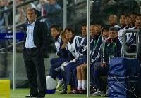 【ジーコ監督=2002~06年】ドイツW杯1次リーグ、ブラジル戦。戦況を見つめるジーコ監督(左)=ドイツ・ドルトムントのドルトムントW杯競技場で2006年6月22日、竹内幹撮影