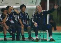 【オシム監督=2006~07年】アジア杯3位決定戦で指揮をとるオシム監督(右)。韓国にPK戦の末敗れ4位=2007年7月28日撮影