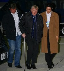 【オシム監督=2006~07年】脳梗塞で倒れ監督を辞任。回復後に息子のアマルさん(左)とともにボスニア・ヘルツェゴビナ戦の観戦に訪れたオシム氏(中央)=国立競技場で2008年1月30日、佐々木順一撮影