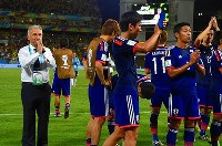 【ザッケローニ監督=2010~14年】ブラジルW杯1次リーグ。コロンビアに惨敗しグループリーグ敗退が決まりサポーターにあいさつするザッケローニ監督=ブラジル・クイアバのパンタナル・アリーナで2014年6月24日、宮間俊樹撮影