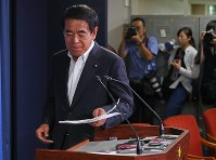 LDP Executive Acting Secretary-General Hakubun Shimomura holds a news conference in response to a scoop by weekly magazine Shukan Bunshun, on June 29, 2017. (Mainichi)