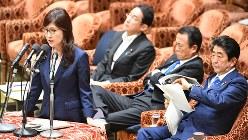 北朝鮮問題などについて答弁する稲田朋美防衛相。右端は安倍晋三首相=2017年6月5日、川田雅浩撮影