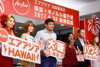 関空-ホノルルの定期路線を開設したエアアジアXのベンジャミン・イスマイルCEO(中央)ら=関西国際空港で、井川加菜美撮影