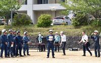 ドローンの操縦訓練に臨む和歌山県警の機動隊員ら=和歌山市木ノ本の県警察学校で、木原真希撮影