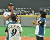 保育士らにボールの遊び方を紹介する稲葉SCO(左奥)=札幌ドームで