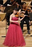 群馬交響楽団とともにバイオリンを演奏する戸澤采紀さん=高崎市高松町の群馬音楽センターで