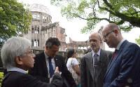 原爆ドームについて原爆資料館の志賀賢治館長(左)から説明を受けるチェコのソボトカ首相(右)=広島市中区で、竹下理子撮影