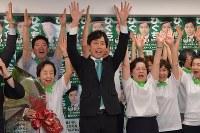 東京都議選で当選確実となり支持者らと万歳をする樋口高顕氏(中央)=東京都千代田区で2017年7月2日午後8時3分、西本勝撮影
