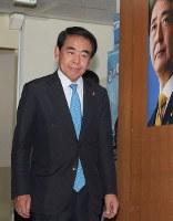 開票センターに入る自民党の下村博文・東京都連会長=東京都千代田区の同党本部で2017年7月2日午後8時3分、渡部直樹撮影
