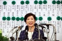 東京都議選で候補者の名前に緑色の花が並んだボードの前で笑顔を見せる小池百合子都知事=東京都新宿区で2017年7月2日午後8時57分、小川昌宏撮影