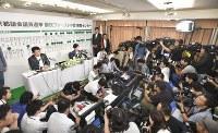多くのカメラに囲まれながらインタビューに答える小池百合子都知事=東京都新宿区で2017年7月2日午後9時4分、藤井達也撮影