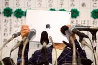 東京都議選で、タブレットで報道陣を撮影する小池百合子都知事=東京都新宿区で2017年7月2日午後9時41分、小川昌宏撮影