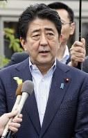 訪問を終え、記者の取材に応じる安倍首相=福島県川内村で2017年7月1日午後0時48分(代表撮影)